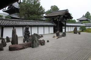 Stenpartiväxter existerar knappt i zen-trädgårdar vilket syns här